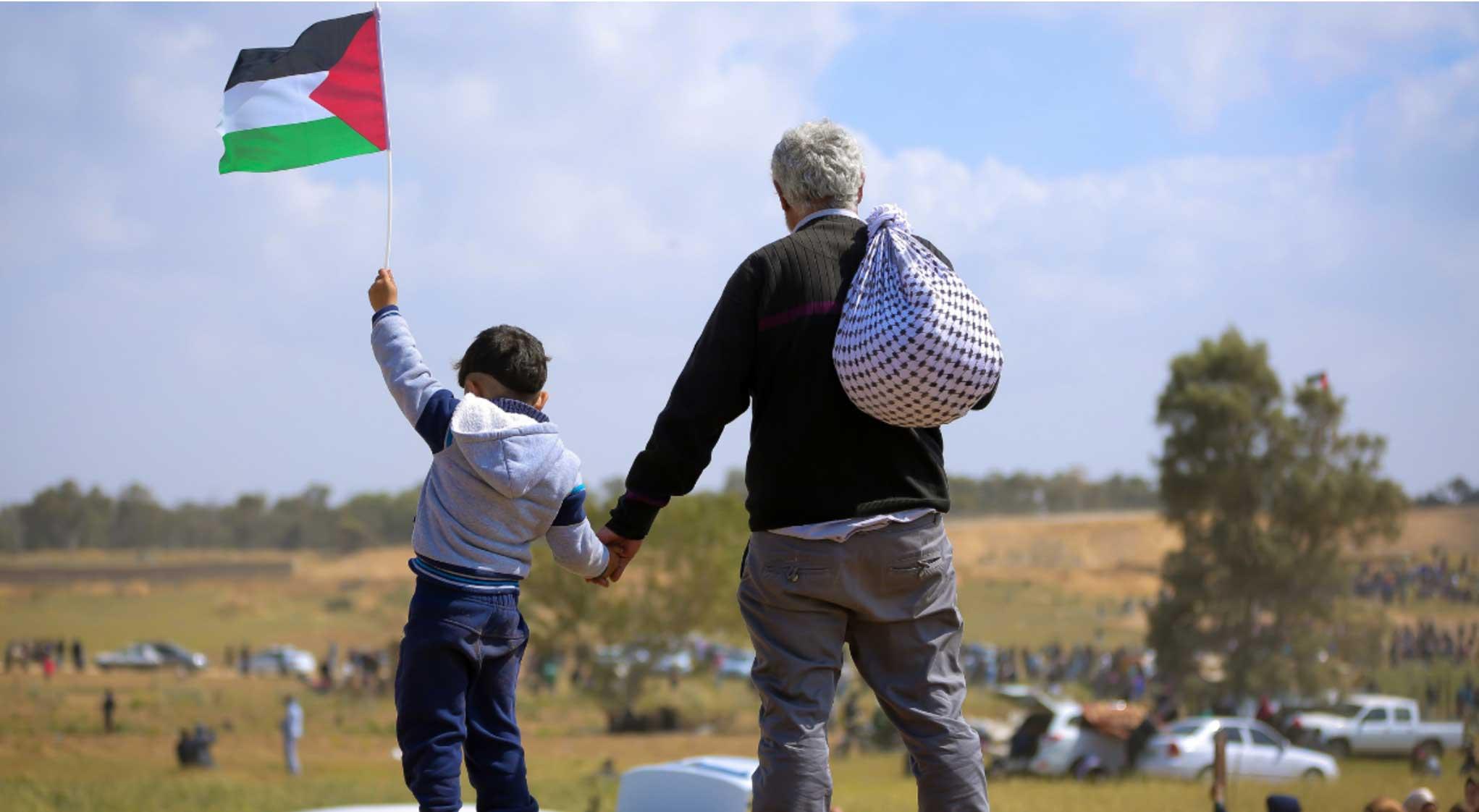Padre e hijo con bandera palestina